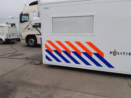 Inval bij veevoederbedrijf in Baarle-Nassau om illegaal vermengen van veevoer: vier vrachtwagens in beslag genomen