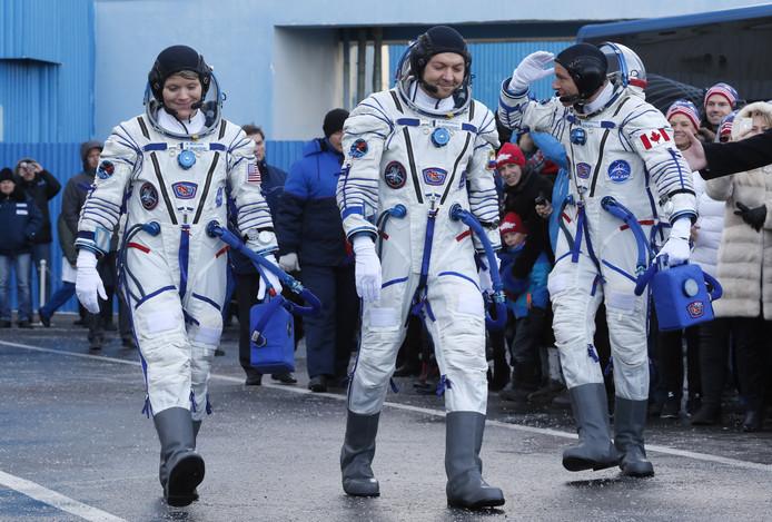 David Saint-Jacques (R), Oleg Kononenko (C) en Anne McClain (L).