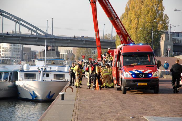 Hulpverlening bij het te water geraakte voertuig in Arnhem.