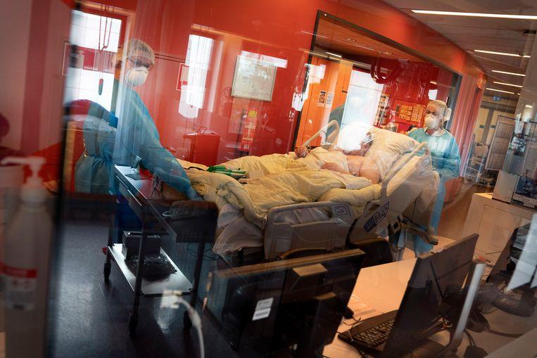 Een patiënt, net ontslagen, wordt de IC afgereden. Hij zal verder worden behandeld op de verpleegafdeling. Beeld reyer boxem