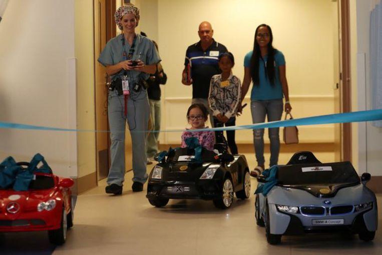 Dokter Daniela Carvalho bestuurt de auto van de 5-jarige Andrea Destraio op weg naar de operatiekamer in het Rady Children's Hospital in San Diego.