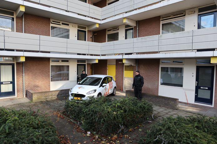 Het appartement waar zondag explosieve stoffen zijn gevonden, werd de hele nacht bewaakt.