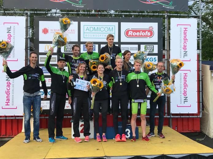 De atleten en begeleiding van de twee TC Twente-teams op het podium in Veenendaal.