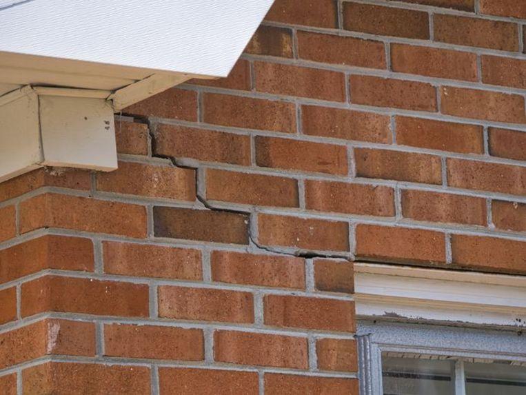 Als huizen verzakken ontstaan er bijvoorbeeld scheuren in de muren. Volgens kennisinstituut Daltares gaat dat de komende dertig jaar vaker voorkomen. Beeld Shutterstock