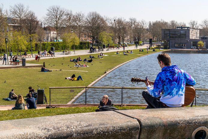 In het Utrechtse Griftpark doet iedereen zijn best om afstand te bewaren in de strijd tegen verspreiding van het coronavirus.