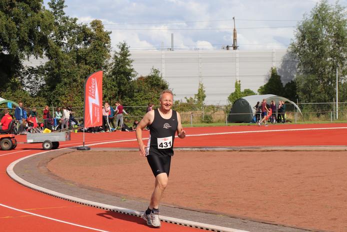 Roelof de Vries heeft oog voor de camera tijdens zijn 1500 meter.