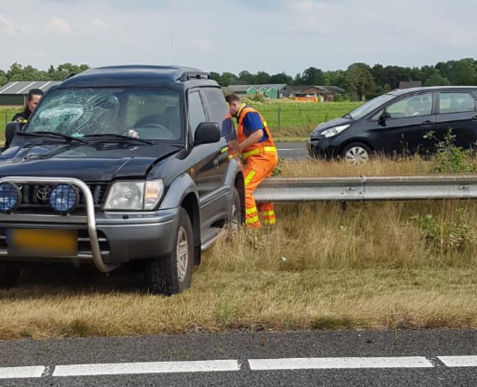 Bij het ongeluk belandde de auto in de middenberm van de A50.