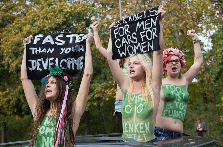 Actievoerders van de feministische beweing FEMEN pleiten voor de Saoudische ambassade in Berlijn voor opheffing van het rijverbod voor vrouwen. Beeld AFP