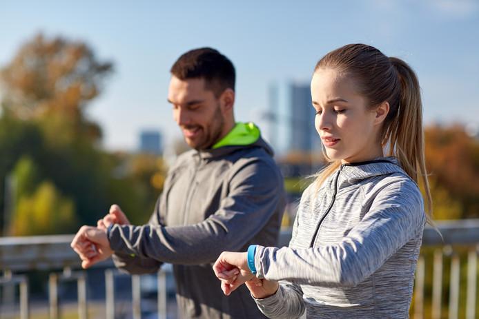 Voorbeeldfoto van mensen die een fitness tracker gebruiker.
