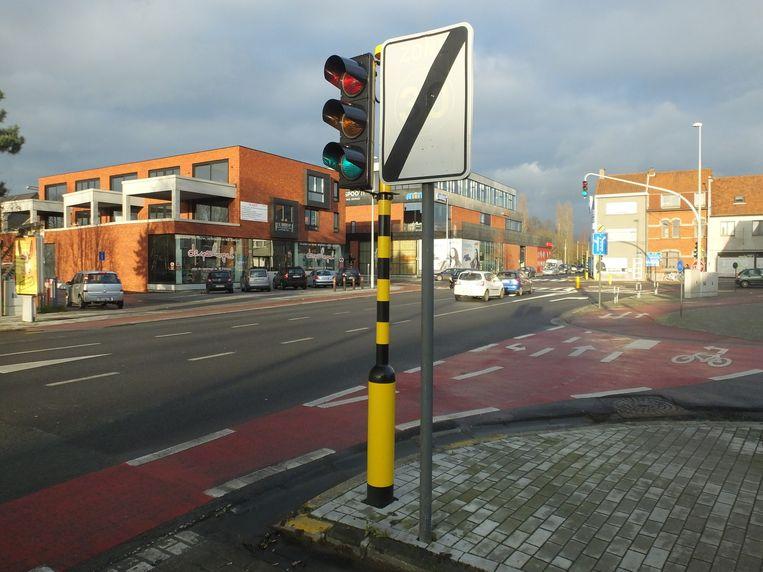 Het fietsknooppunt aan de Legestraat, met op de achtergrond het kruispunt van de Gaversesteenweg en de Volhardingslaan. Op de grond zie je links de afslagstrook voor fietsers die rechts de Legestraat in willen (1) en rechts die voor fietsers die naar links de weg over willen (2).