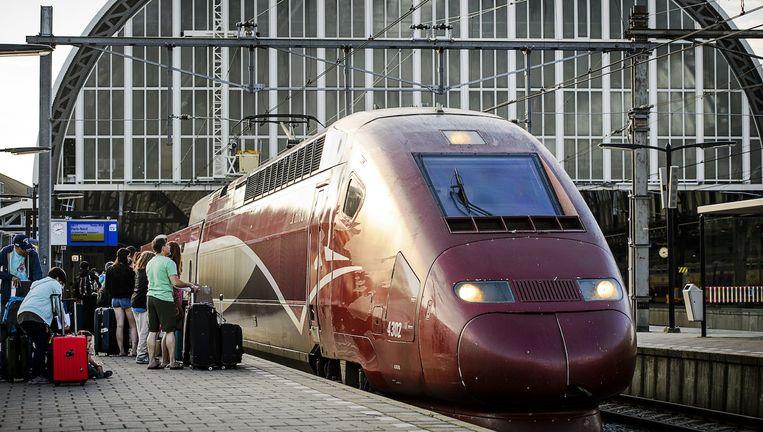 eizigers stappen op de trein die vertrekt vanaf Amsterdam Centraal Station naar Parijs. Beeld anp