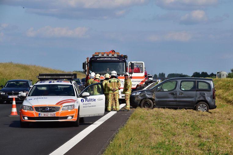 De Peugeot Partner van de vrouw belandde naast de weg, nadat zij de controle over het stuur verloor.