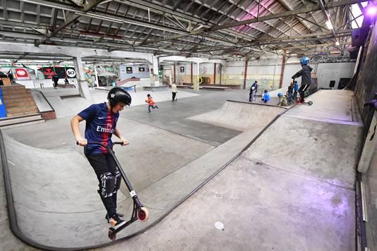 Betonnen vloeren, muren met graffiti en urban rapmuziek vormen zaterdag het decor voor Challenge Accepted, een open dag voor urban sports in Waalhalla.