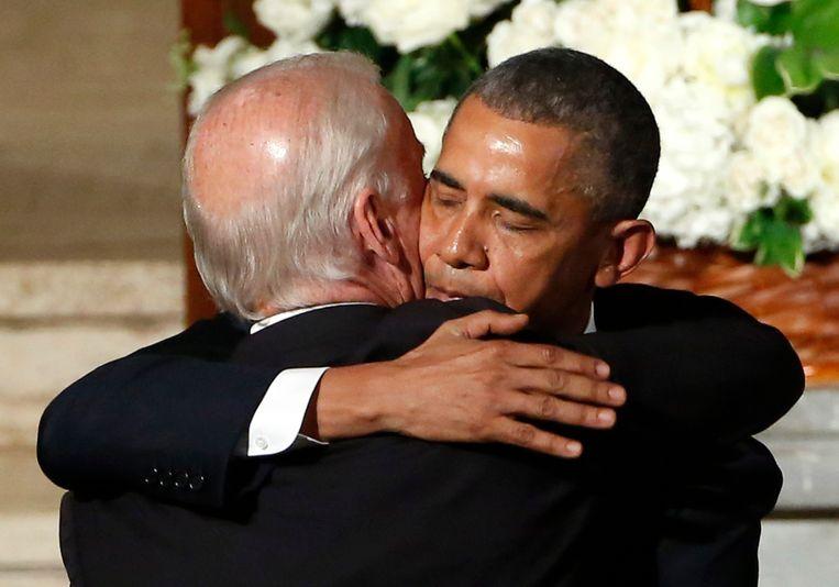 President Obama omhelst Biden tijdens de begrafenis eerder dit jaar van Bidens zoon Beau. Beeld AP