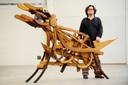 Beelden kunstenaar Paul Kolen met een van zijn Boomvreters. In 2010 bouwde hij drie Boomvreters als protest tegen de bomenkap in de stad.