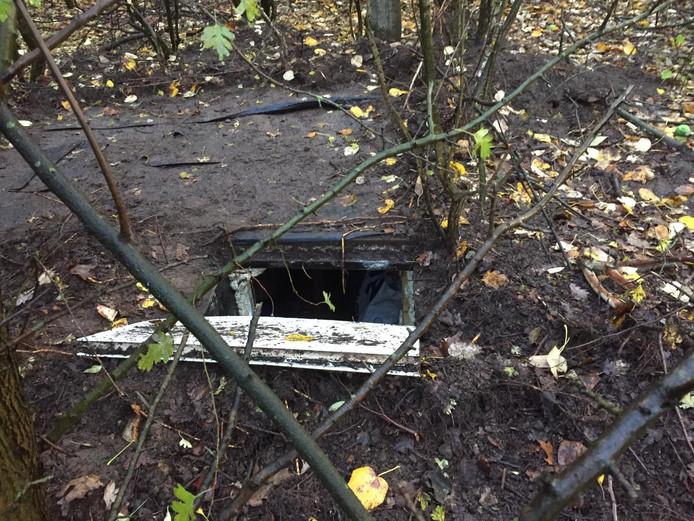 De ondergrondse ruimte bij het woonwagenkamp in Oss waar de politie al drie dagen onderzoek doet.