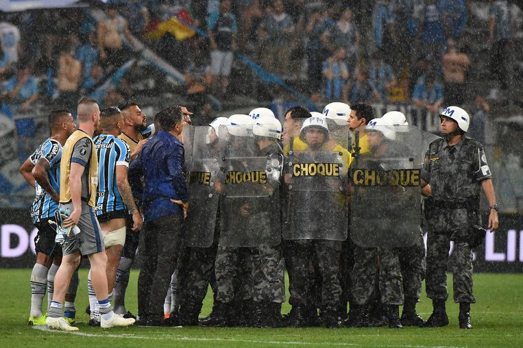 ...waarna de oproerpolitie de Uruguayaan kwam beschermen.