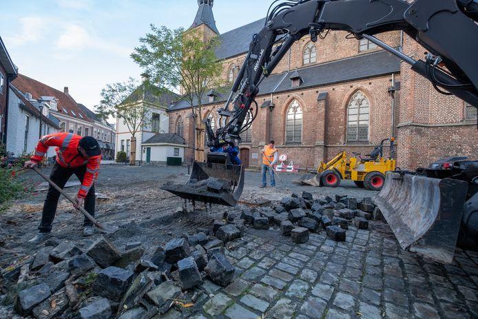 Medewerkers van Van Werven zijn volop bezig met het verwijderen van de kinderkopjes van het Kerkplein in Hattem.