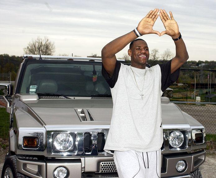 De Amerikaanse basketter LeBron James poseert bij een van zijn Hummers.