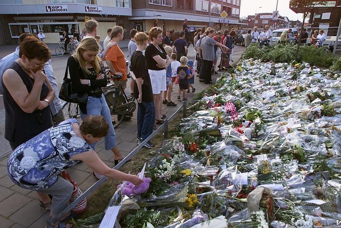 Een bloemenzee in Enschede na de vuurwerkramp.