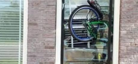 En dan vliegt er ineens een fiets door je raam: tiener uit Ermelo gepakt na ravage in woonwijk
