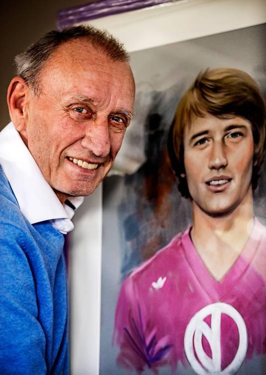 Rensenbrink met een portret van zichzelf als jonge speler van Anderlecht.