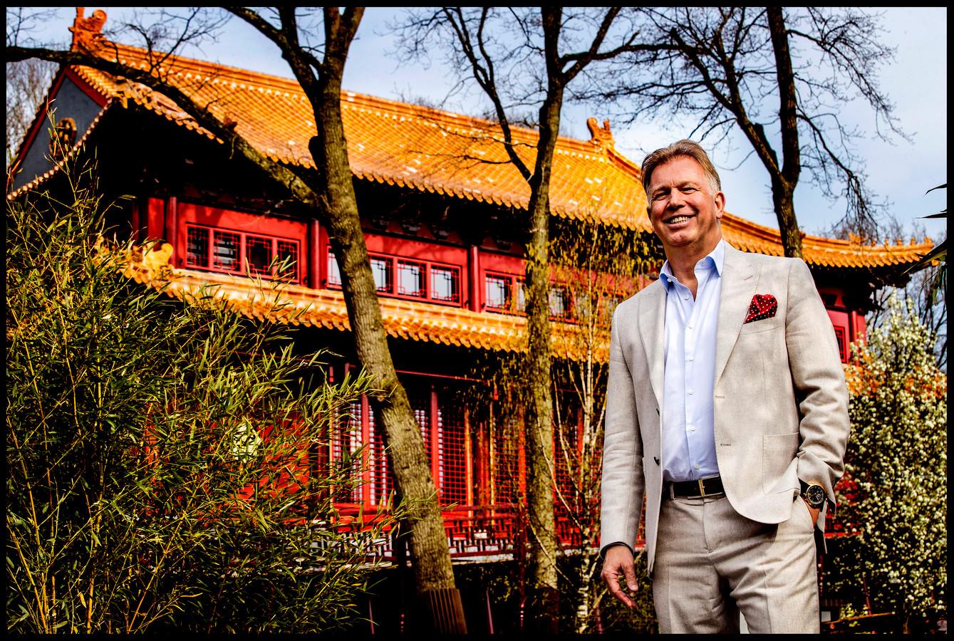 Dierentuin-eigenaar Marcel Boekhoorn voor Pandasia, het onderkomen van Wu Wen en Xing Ya.
