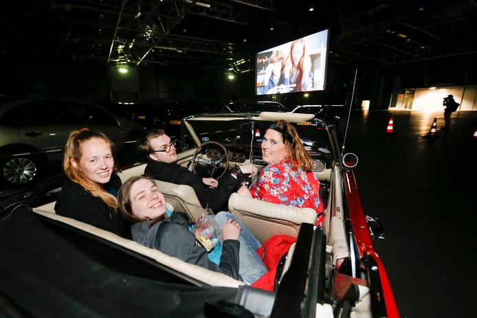Drive-inbioscoop bij Kinepolis, in open auto kijkend naar de film.