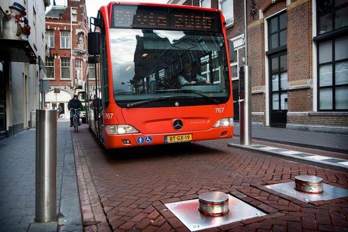 De Torenstraat in de Bossche binnenstad, een deel van de smalle en drukke route voor vrachtwagens.