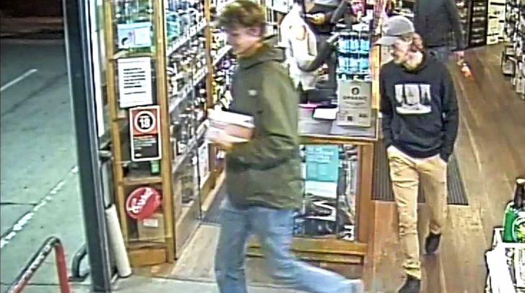 Théo Hayez (met pet) op de avond van zijn verdwijning in de laatste bewegende beelden die de politie van de jongen heeft vrijgegeven.