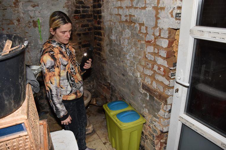 Het gezin vertelde aan onze krant hoe ze al twee jaar leven zonder warm water, en zonder douche of bad. Het toilet moeten ze doorspoelen met emmers. Zich wassen doen ze sindsdien in de keuken, of bij familie.