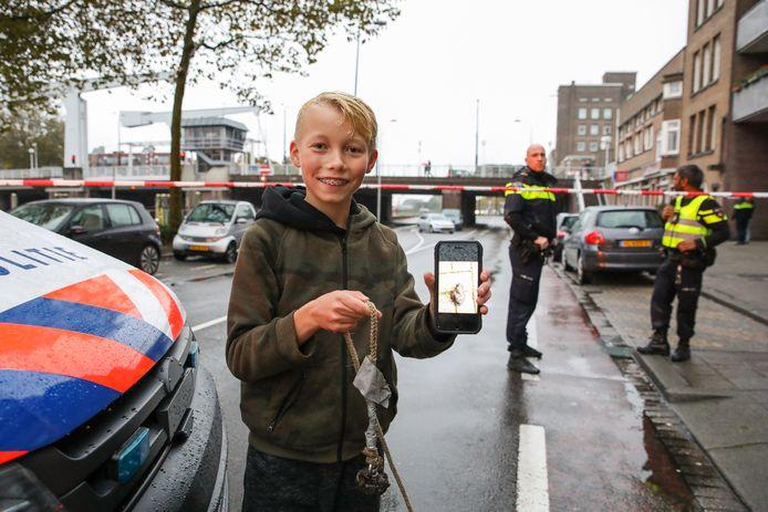 Magneetvisser Rick de Jong toont trots een foto van het gevonden explosief op een mobiele telefoon.