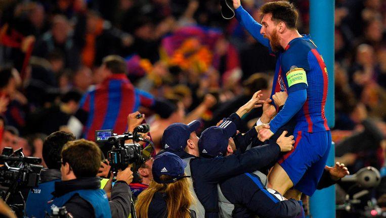 Lionel Messi viert de sensationele zege op PSG met supporters. Beeld anp