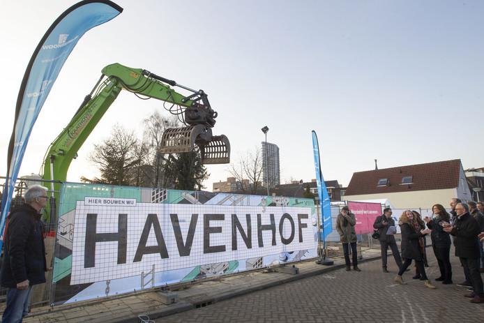 Paul Minnaert (links), Koj Koning (loopt net weg) en Han Neve (rechts) onthullen de naam Havenhof van het bouwproject tussen de Vestdijk en de Havenstraat