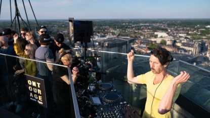 Deejay doet dansen op skywalk Sint-Rombouts