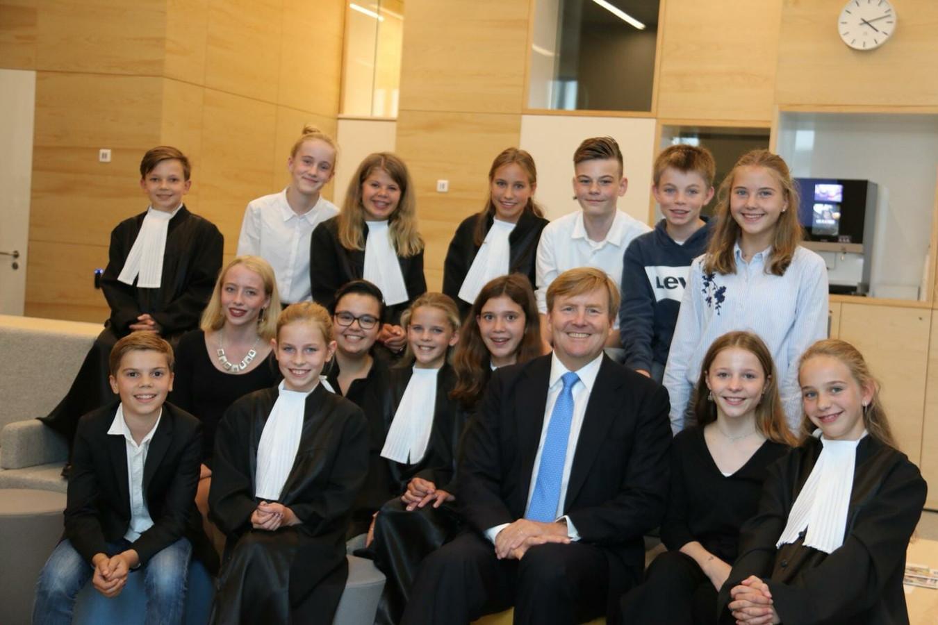 Koning Willem-Alexander op de foto met leerlingen van de tweede klas van het Stedelijk Gymnasium in Breda.