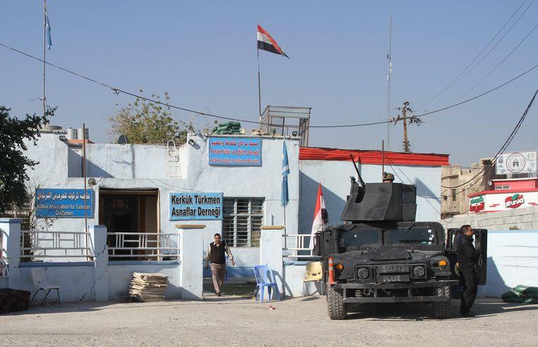 Iraakse troepen bewaken een kantoor van het Iraaks-Turkmeens Front in reactie op eerdere aanvallen. Beeld Hollandse Hoogte / Anadolu Agency
