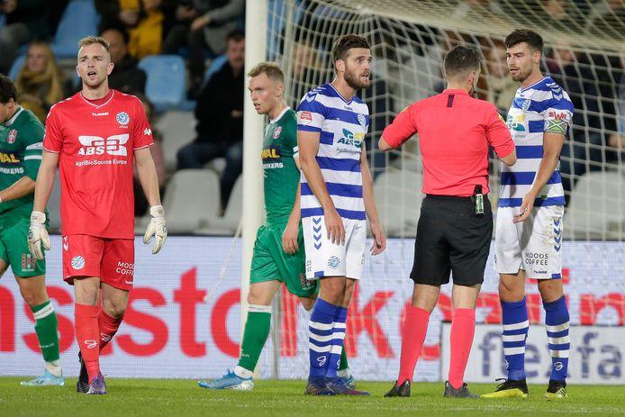 De Graafschap-verdediger Ted van de Pavert (rechts) krijgt een rode kaart tegen FC Dordrecht.