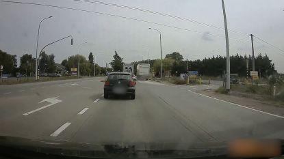 Roekloze vrachtwagenchauffeur haalt rechts in over fietspad