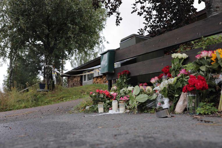 Bloemen aan het huis van de 17-jarige stiefzus die om het leven werd gebracht.