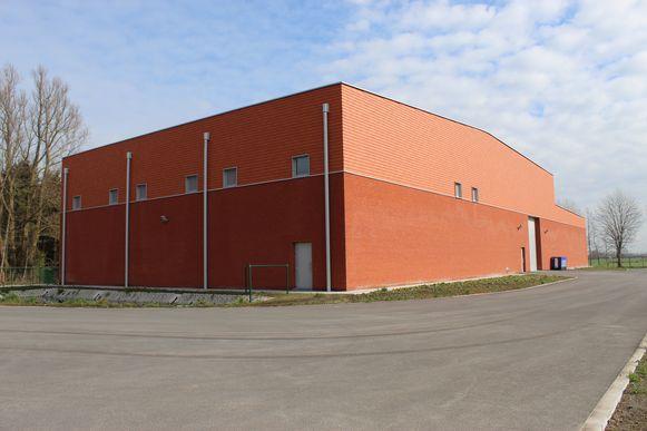 Het rode gebouw langs de N49 is van De Watergroep.