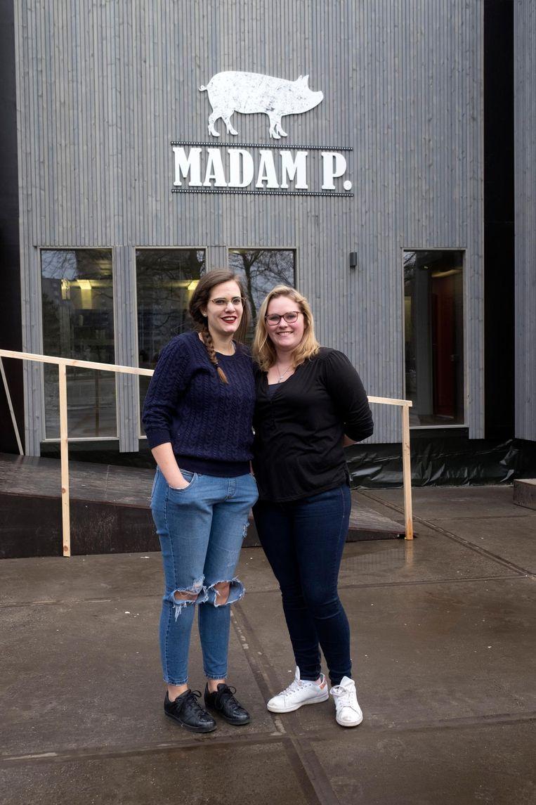 Kandidaten Laure en Charlotte voor hun restaurant 'Madam P.' op de Vlaamse Kaai in Antwerpen.