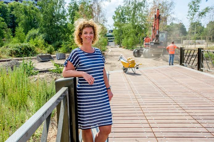Spoorparkmanager Sophie Peters op de brug over de beek.