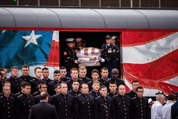 Dragers tillen de kist met daarin het lichaam van de overleden oud-president George H.W. Bush uit de trein 'Bush 4141'.
