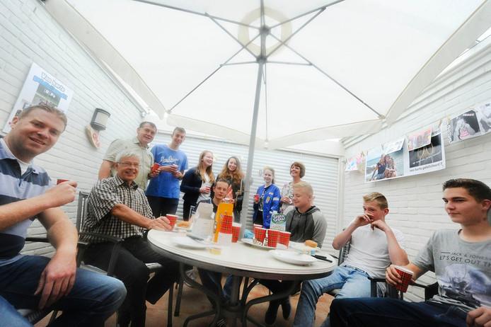 Harrie Kemerink op Schiphorst(tweede van links) geniet van het verrassingsontbijt dat zijn leerlingen organiseerden.