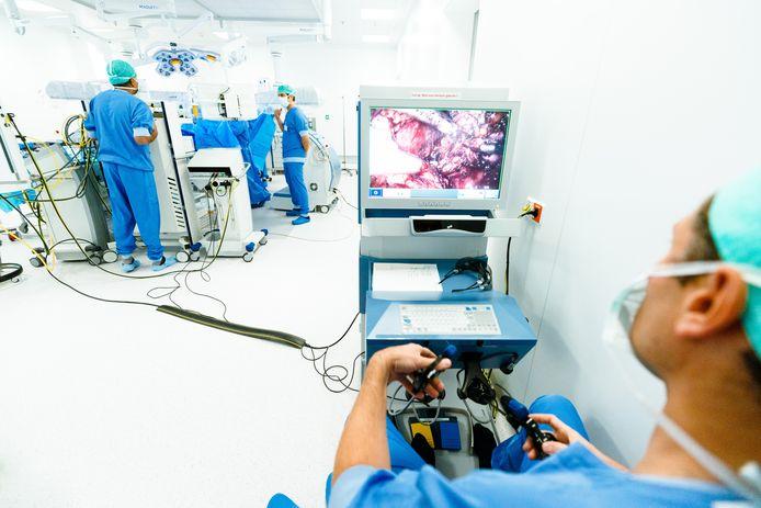 Uroloog Laurent Fossion bedient de Senhance operatierobot vanaf zijn werkplek. Hij ziet op het beeldscherm wat in het lichaam van de patiënt gebeurt.