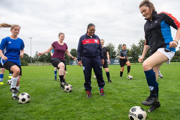 JEKA-coach Mildred Baal temidden van haar spelers tijdens de training.