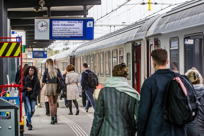Drukte op het station in Deventer, gisteren, bij aankomst van de internationale trein, die ook niet-internationale reizigers vervoert.
