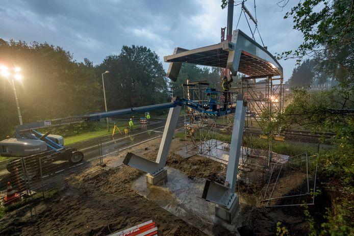 Bij de spoorwegovergang aan de Euregioweg wordt een nieuwe fietsbrug geplaatst door het bedrijf Strukton.