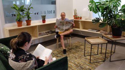 Huiskamergevoel in bibliotheek: nieuwe onthaalzone laat bezoekers meteen op hun gemak voelen